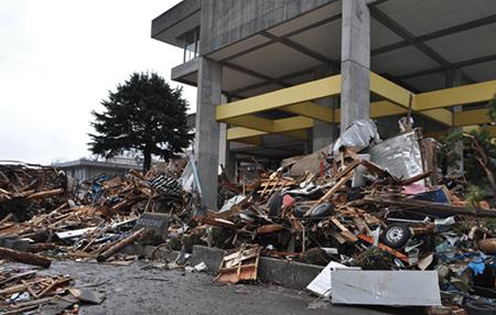 瓦礫の山と化したJA おおふなとの本店玄関