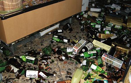 本社ビル1階にある店舗では酒類の瓶が粉々に